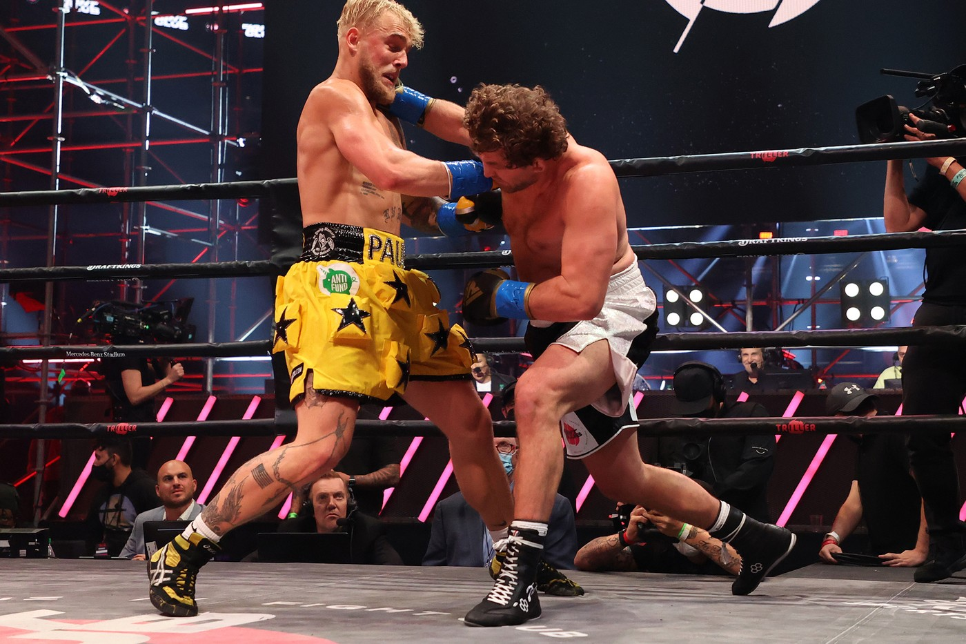 「网红拳击手」Jake Paul 于首回合 TKO 击倒前 MMA 好手 Ben Askren