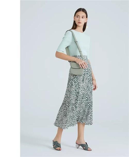水云间女装2020夏季新款:以迷人姿态撩动假日时光